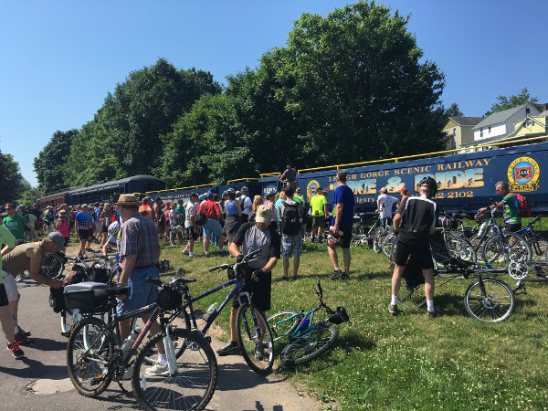 riders unloading their bikes from the lehigh gorge bike train